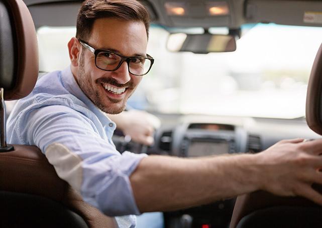 Uśmiechnięty pan kierowca